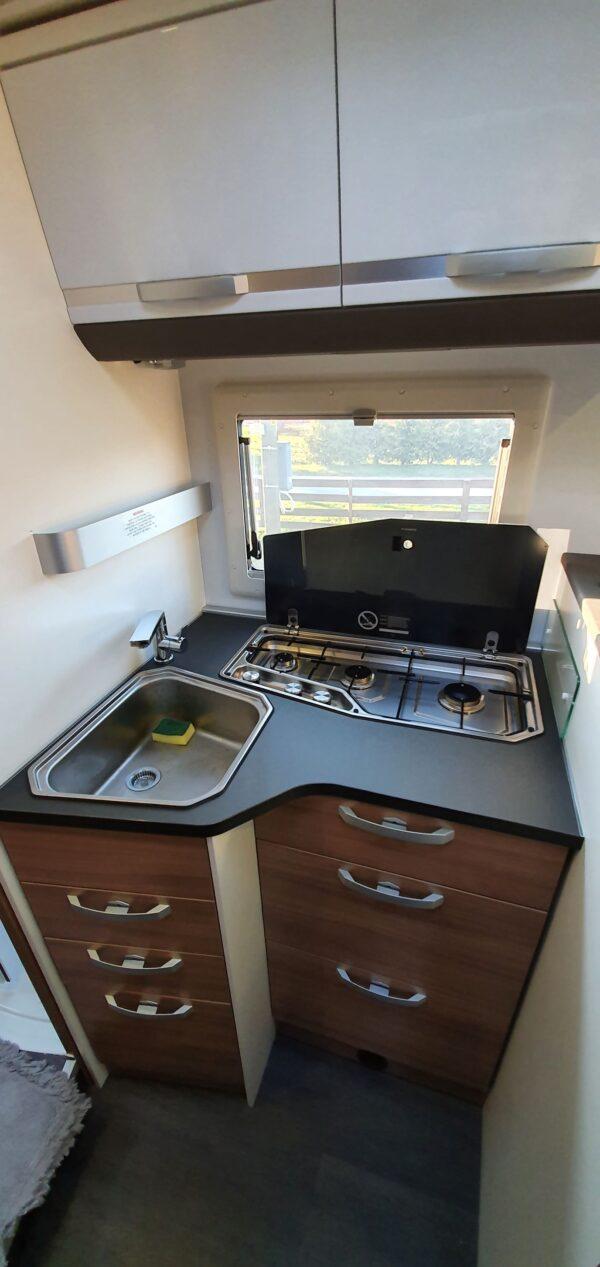 matkaauto köök gaasipliit kraanikauss avatud