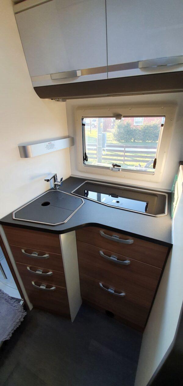 matkaauto köök gaasipliit kraanikauss