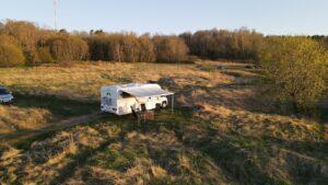 matkaauto külg vaade looduses drooni pilt