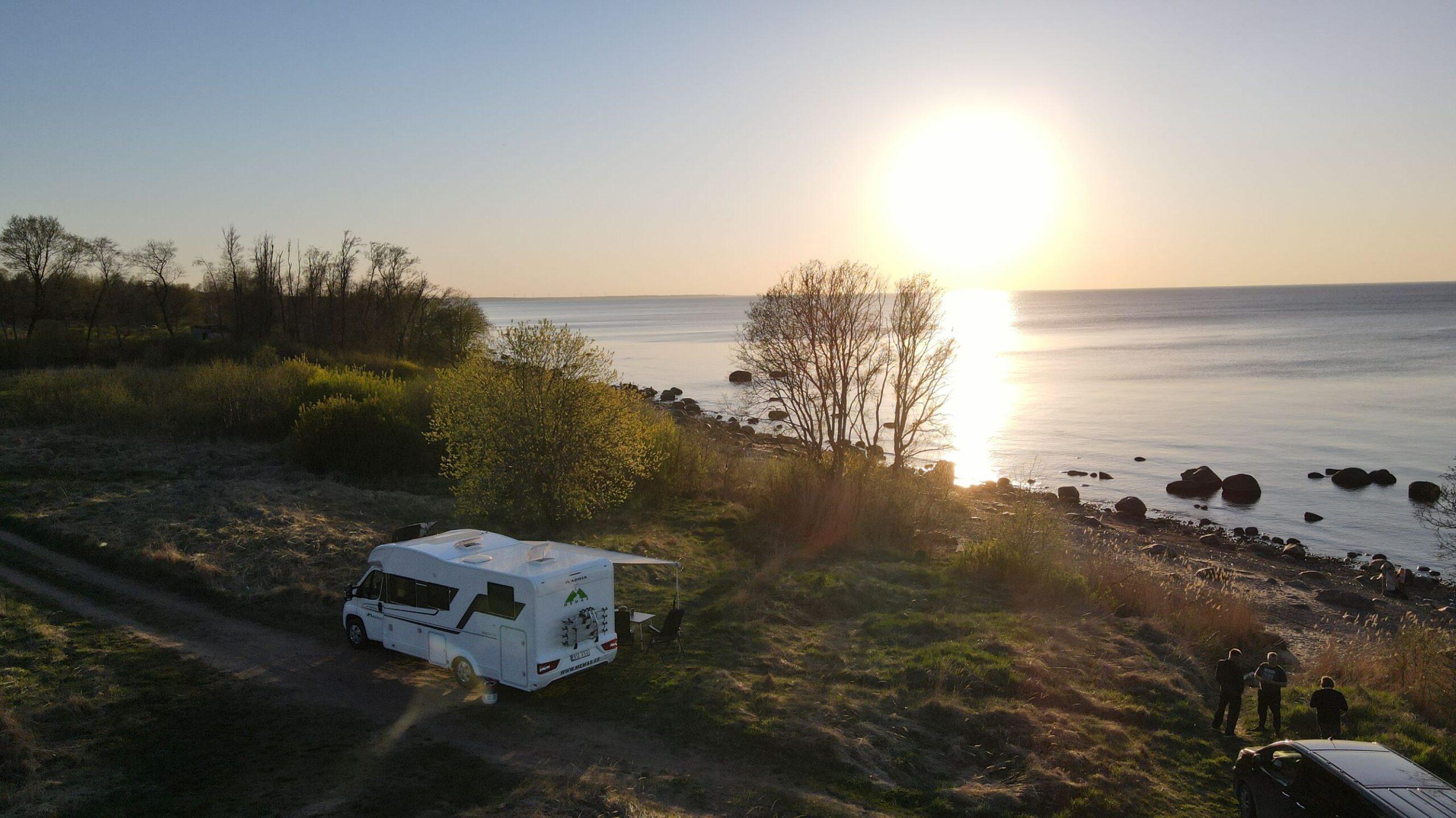 matkaauto adria matrix 670sl mere ääres päikeseloojang drooni pilt memas ou