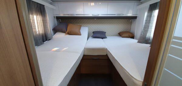 matkaauto seest voodi kahene vahemadrats