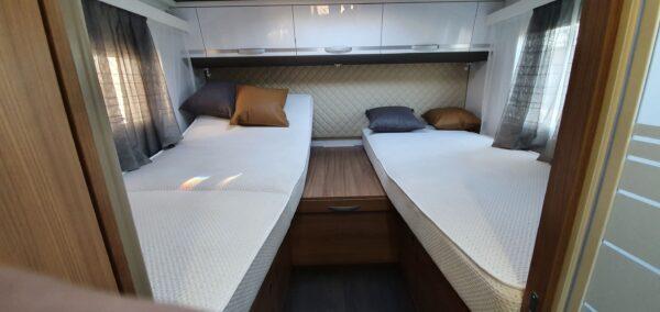 matkaauto seest voodi kahene vahemadratsita